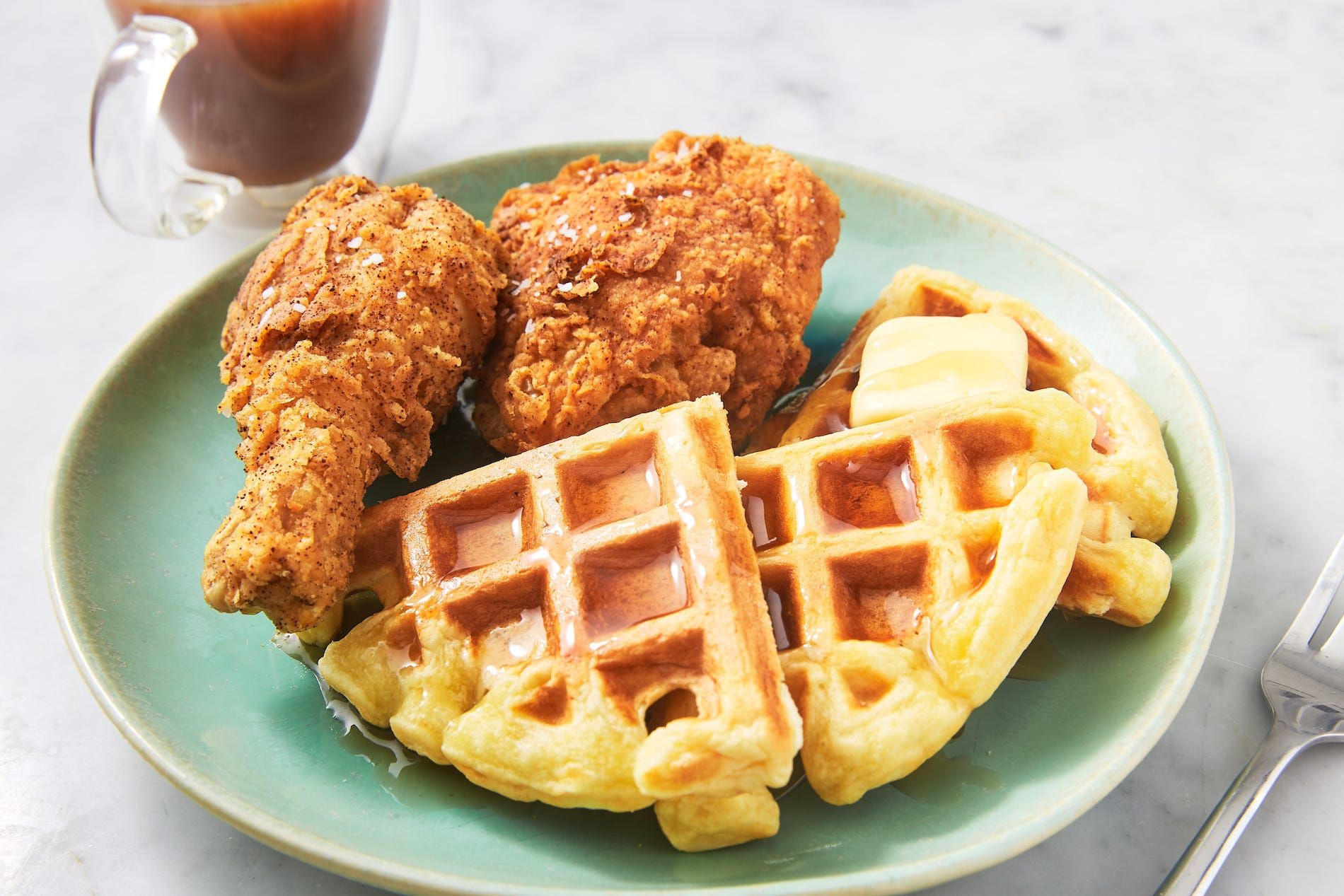 https://hips.hearstapps.com/hmg-prod.s3.amazonaws.com/images/190307-chicken-and-waffles-508-1553552447.jpg