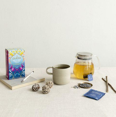 Kop thee kopje en theepot op tafel