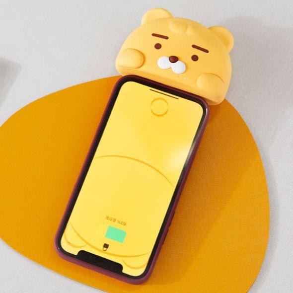 黃色的手機上插著一個黃色的萊恩行充