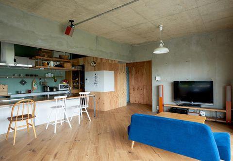 Wood, Floor, Room, Interior design, Flooring, Ceiling, Television set, Wall, Furniture, Hardwood,
