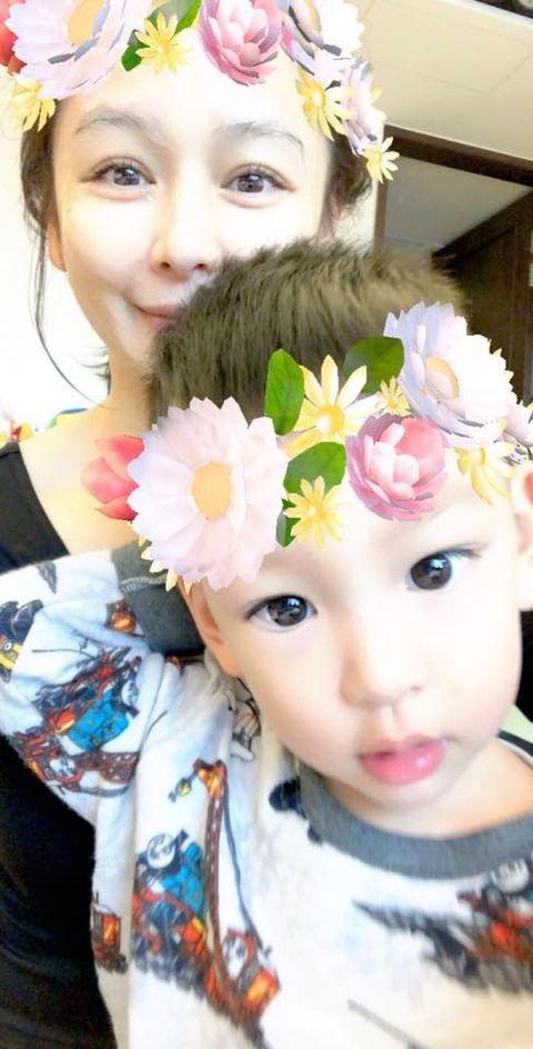 Face, Head, Hair accessory, Child, Cheek, Fashion accessory, Headgear, Headpiece, Flower, Plant,