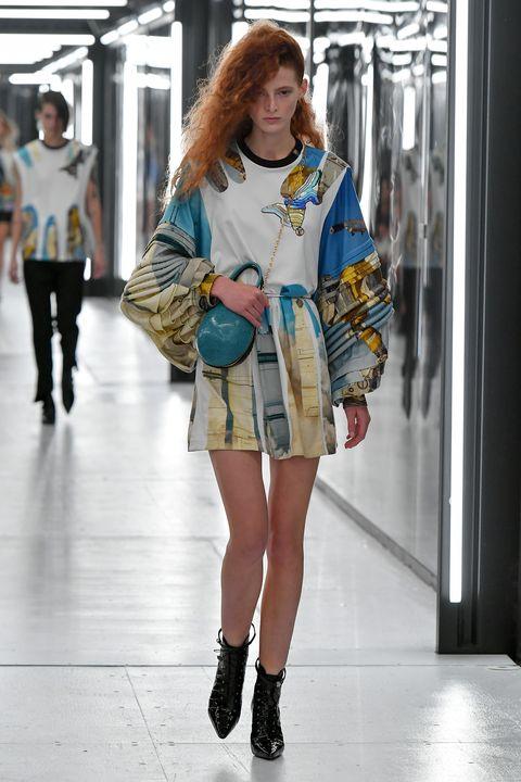 Fashion model, Fashion, Clothing, Street fashion, Fashion show, Shoulder, Runway, Snapshot, Fashion design, Footwear,