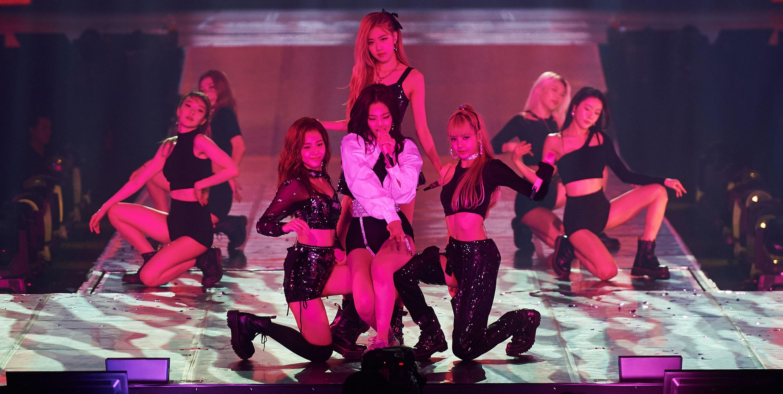 全球最炙手可熱的韓國女團BLACKPINK 在2號下午飛抵台灣,因為台灣站是此次「In Your Area」世界巡迴的亞洲終站,吸引了台灣與亞洲其他國家為數眾多的BLINK(BLACKPINK 歌迷暱稱)上網搶票,近萬張門票在開演前幾近完售,令人見識到BLACKPINK 在亞洲的超高人氣與吸金力。