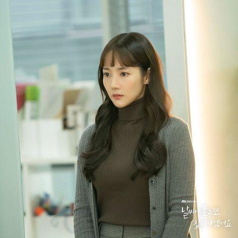 朴敏英在《天氣好的話,我會去找你》以灰色開襟衫搭配咖啡色針織衣服。