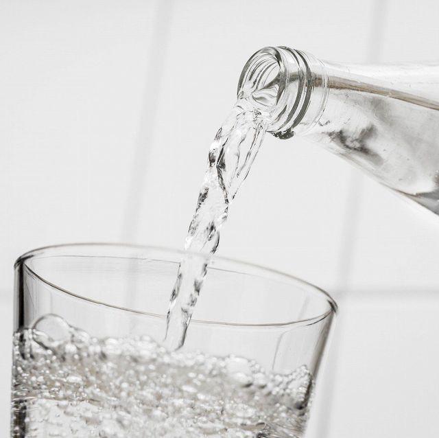 「炭酸水を飲むと太る」は本当? 専門家に聞いてみた