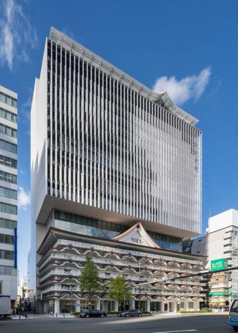 隈研吾新作「大阪皇家經典飯店」,背負著打造出博物館般的藝術級飯店,採用了大量的鋁製鱗片點綴建築外牆,在陽光的照映下呈現出波光粼粼的水光幻影,成為大阪最美打卡點!