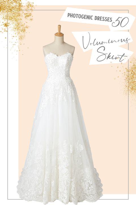 ハイビスカスが透ける華やかなトレーンがフォトジェニックな「フェリーチェ ヴィータ×ベリッシマ」のドレス