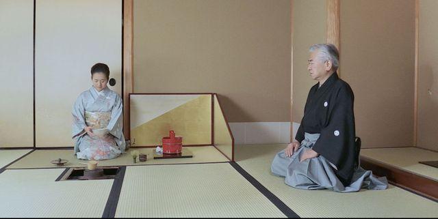 遠州茶道宗家の点初めで和室に座るふたり