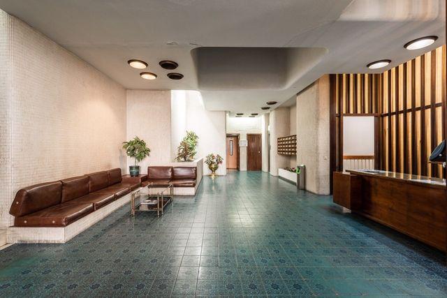 l'androne del condominio è rimasto intatto negli anni, conservando il fascino degli anni settanta courtesy estudio lamela