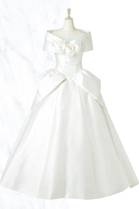 「エマリーエ ウエディングドレスサロン」ケープカラーと胸元のバラのコサージュがアクセントのミカドシルクのドレス