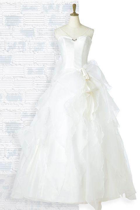 「エマリーエ ウエディングドレスサロン」の大きなリボン付きオーガンジー素材ドレス