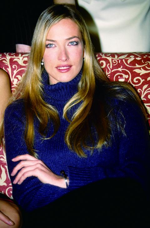 Hair, Blond, Beauty, Long hair, Lip, Electric blue, Brown hair, Sitting, Neck, Fashion accessory,
