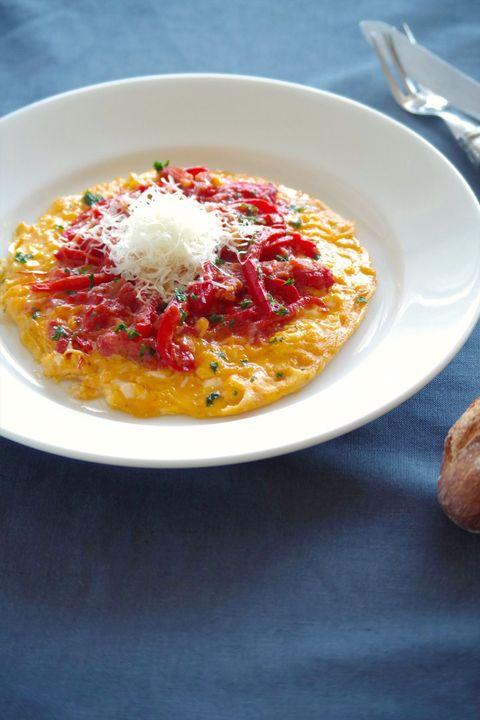 とろとろパプリカのオムレツ、ペコリーノのせ のレシピ・作り方 ELLE gourmet [エル・グルメ]