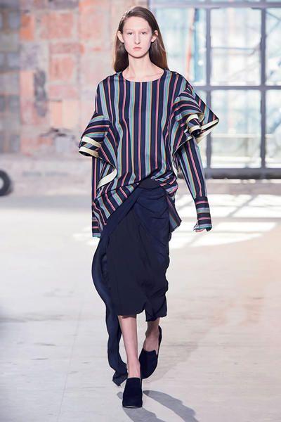 Sleeve, Shoulder, Fashion show, Joint, Style, Waist, Street fashion, Runway, Fashion model, Knee,