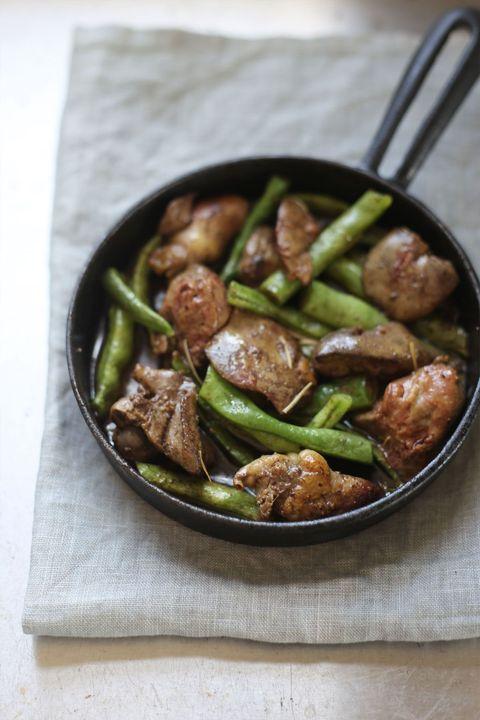 鶏レバーとさやいんげんのハーブソテー のレシピ・作り方|ELLE gourmet [エル・グルメ]
