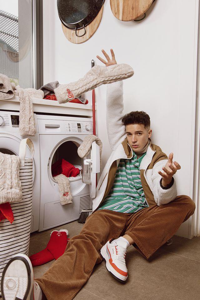 logan g con prendas y detalles de la winter edition de  coca cola fan store