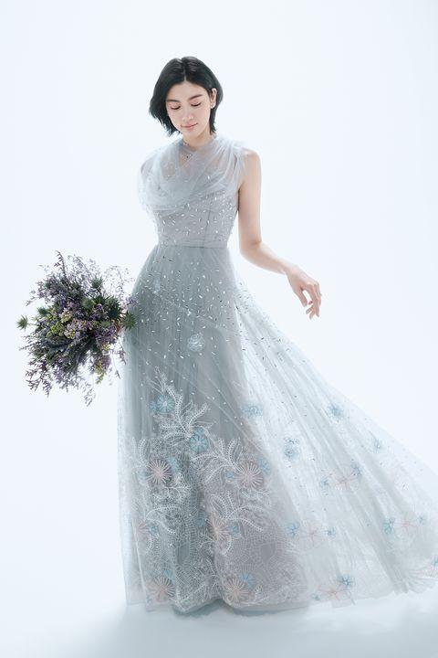 スペイン発「マルコ&マリア」のブルーグレーのチュールとビーディングやレース刺しゅうをあしらったドレスを着る三吉彩花さん