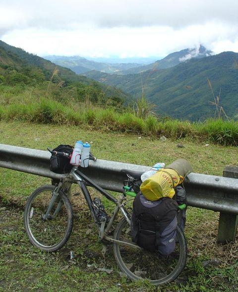 Bicycle, Vehicle, Mountain bike, Cycling, Mountain, Road bicycle, Spoke, Recreation, Road, Mountain biking,
