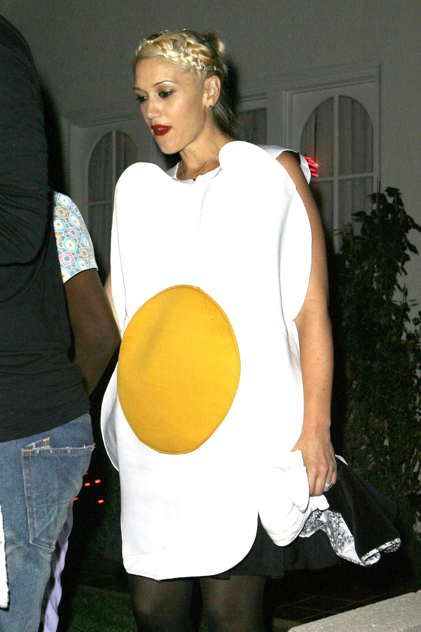 GWEN STEFANI AND GAVIN ROSSDALE AT HALLOWEEN PARTY IN LOS ANGELES