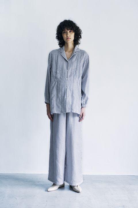 青のパジャマを着た女性