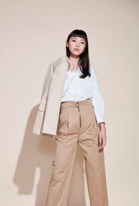 荷葉立領蕾絲鏤空袖白襯衫、繫帶打褶九分褲、米色小圓點西裝外套