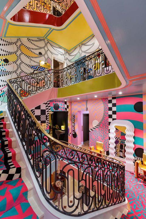 這個女孩在紐約公寓裡設計了史上最華麗階梯!曼菲斯風格的色彩超夢幻,根本小美人魚的寶庫啊!