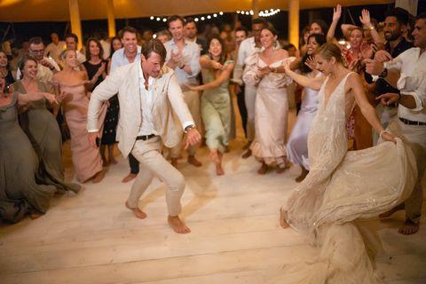 le couple et leurs invités sur la piste de danse