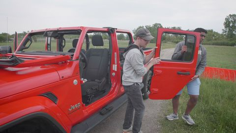 How to Remove the 2020 Jeep Gladiator's Doors, Roof, and ...