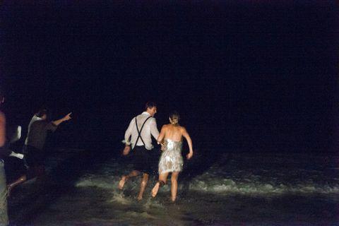 le couple se précipitant dans l'océan