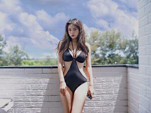 Clothing, Swimwear, Bikini, Monokini, Lingerie, Beauty, One-piece swimsuit, Model, Photo shoot, Leg,