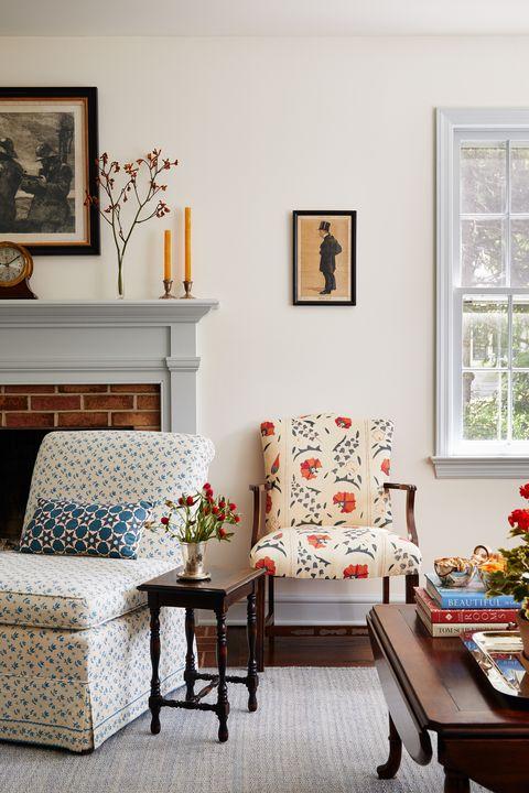 salon, cheminée en brique, table en bois