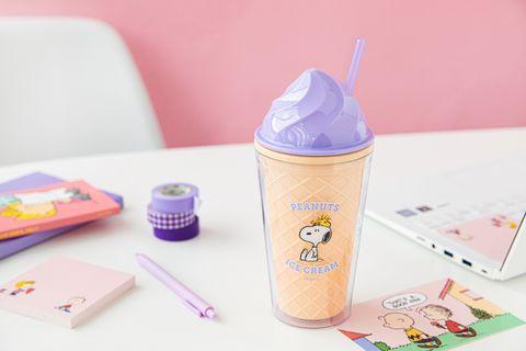 紫色的snoopy霜淇淋環保杯擺在桌上