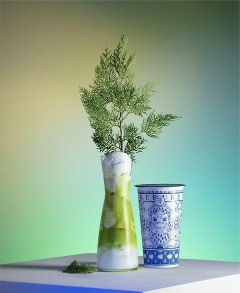 綠色白色飲料與白藍色飲料罐