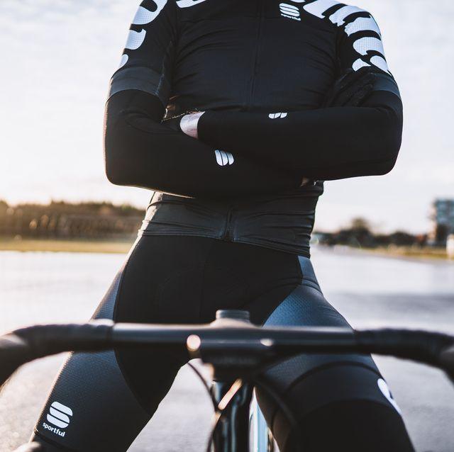 wielrenner in fietskleding met de armen over elkaar
