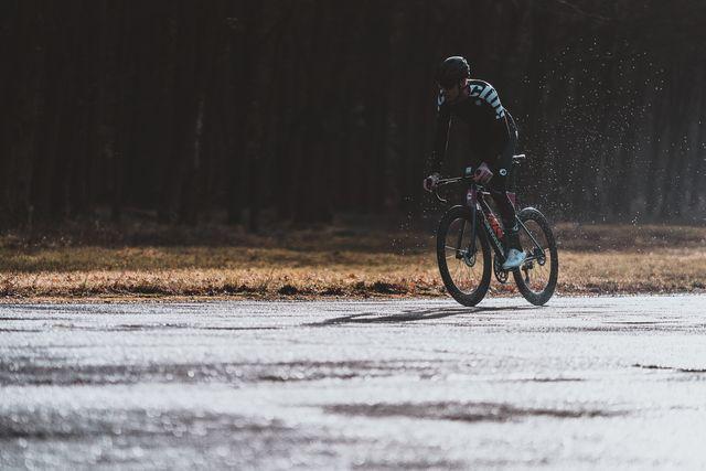 bicycling wielrenner in de regen