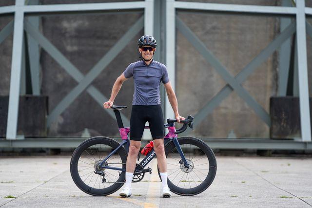 bbb comfort fit 20 wielershirt en powerfit fietsbroek