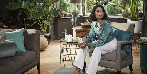 vrouw thuis in stoel met mok