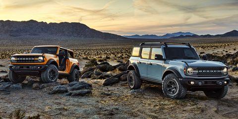 las versiones de preproducción de 2021 bronco, que se muestran aquí, incluyen dos puertas bronco en tri capa metálica naranja cibernética y cuatro puertas bronco en gris cactus