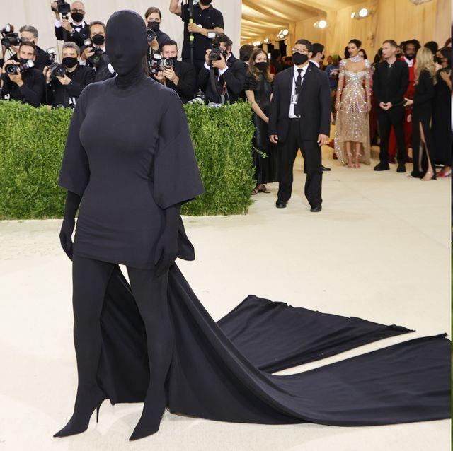 2021met gala 紅毯竟然出現「柯南兇手」!金卡戴珊全黑穿搭現身被熱搜 造型背後意義解密