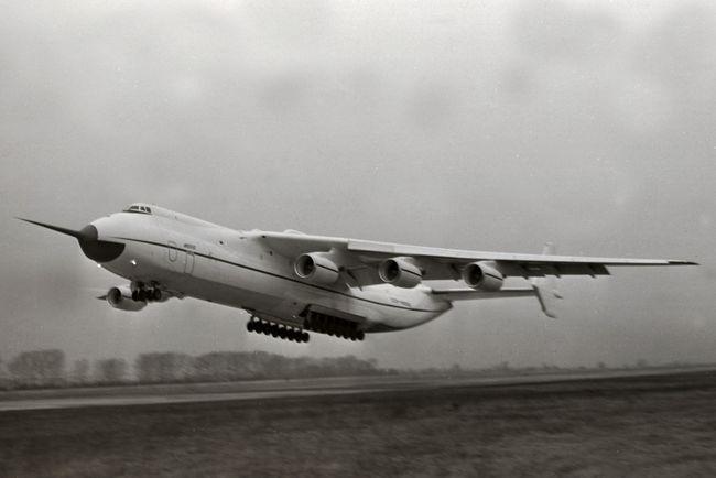 Primeiro voo do An-225 Mriya em 21 de dezembro de 1988.