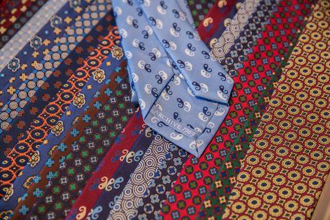 selezionare per lo spazio cerca ufficiale alta moda Come indossare la cravatta? Il galateo da seguire per non ...