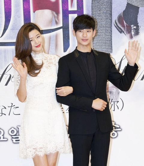 16 december 2013   seoul, south korea  l to r south korean actress jeon ji hyun and actor kim soo hyun, attend a press conference for the sbs tv special drama 'man from the star' at sbs broadcasting center in seoul, south korea on december 16, 2013 the upcoming special drama will be broadcasted starting from on december 18 photo credit lee young hosipa usa
