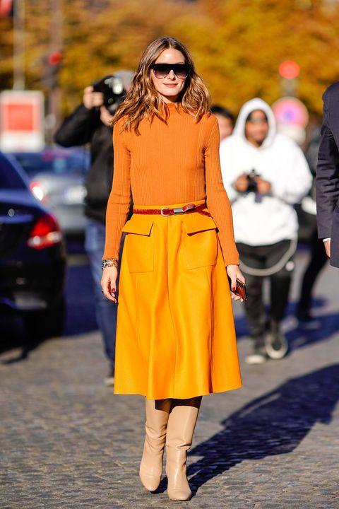 737b3923b3 La falda midi inspira los mejores looks  working  de las famosas ...