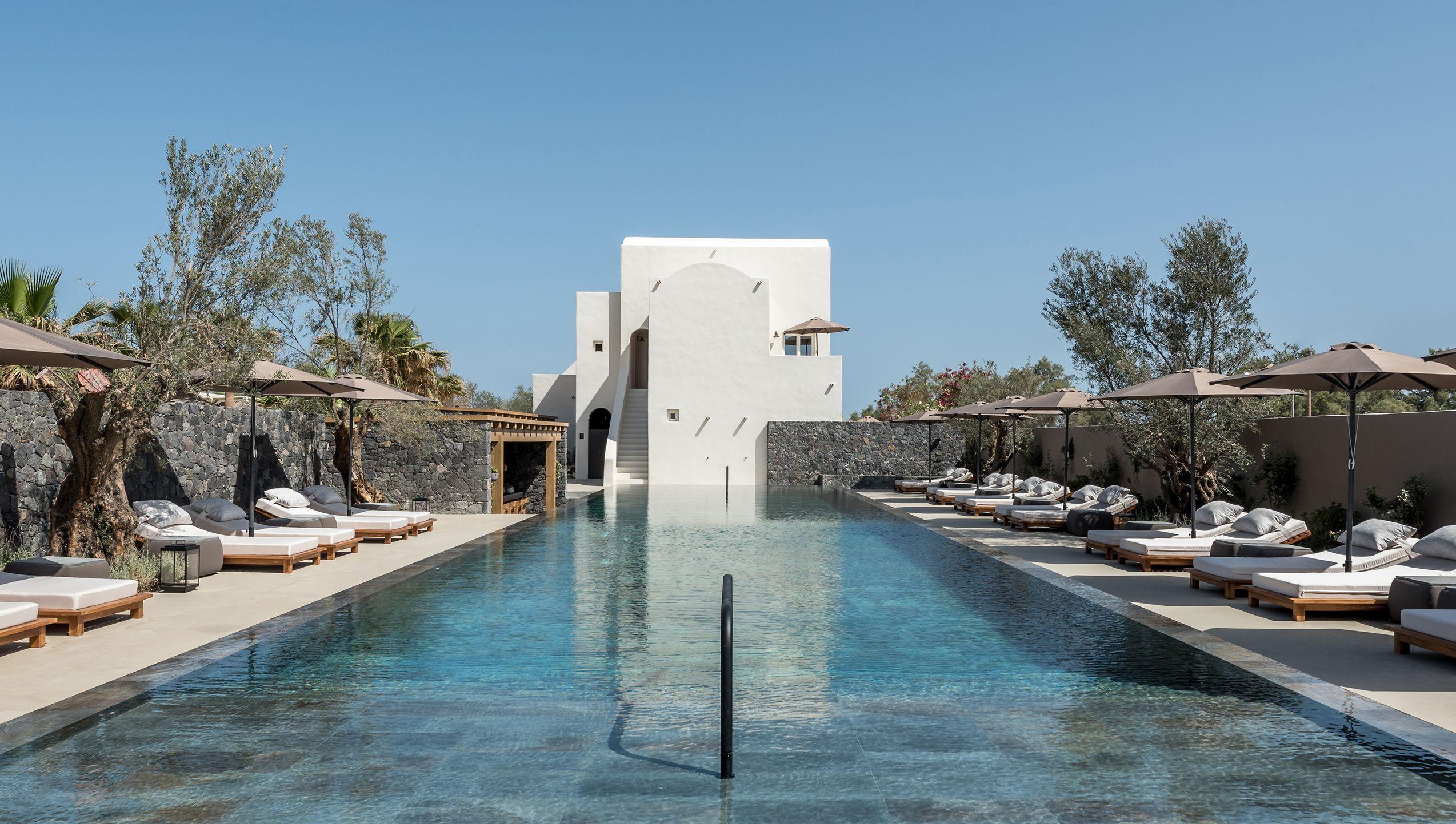 Istoria Boutique Hotel, progettato da Interior Design Laboratorium, si trova a Santorini sulla spiaggia di Perivolos.