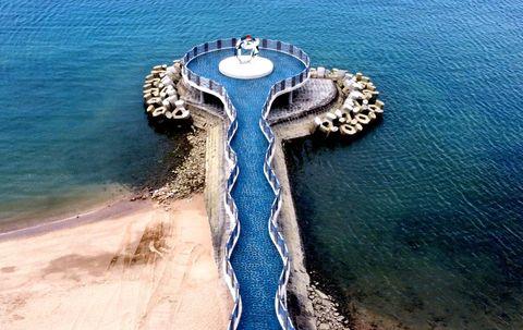 新北景點1!「芝蘭公園海上觀景平台」57公尺波浪長廊,去北海岸最美伸展台看夕陽