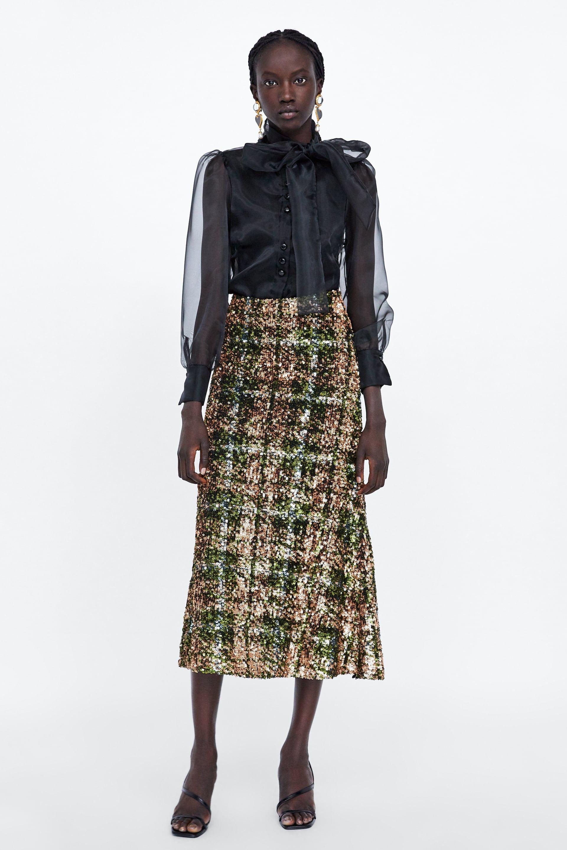 675716ac72 Zara tiene claro lo que llevarás en tu próxima fiesta  una falda midi de  lentejuelas