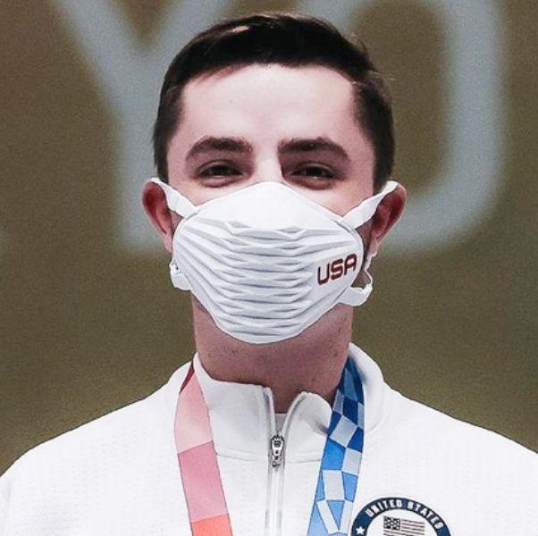 一個白色衣服的選手帶著白色口罩