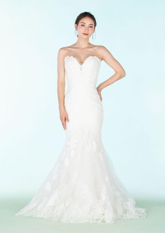 ウエディングドレス姿のモデル