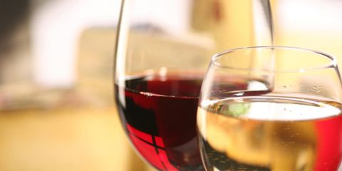 red wine versus white wine health benefits; red and white wine in glasses
