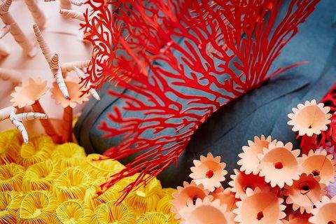 黃、粉、紅的珊瑚礁紙雕